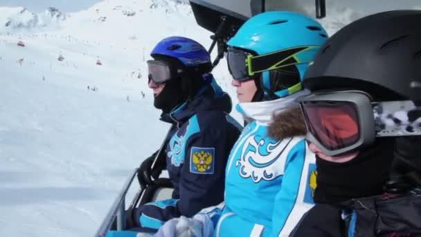 Tři lyžaři v helmy a brýle