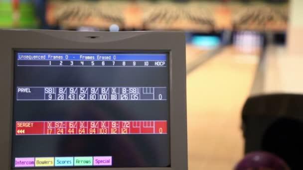 Člověk hodí bowlingové koule