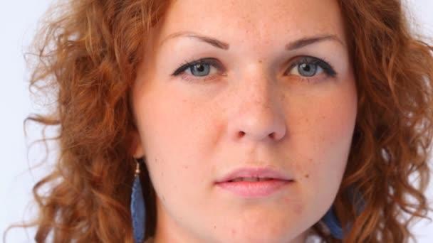 Vörös hajú nő arca