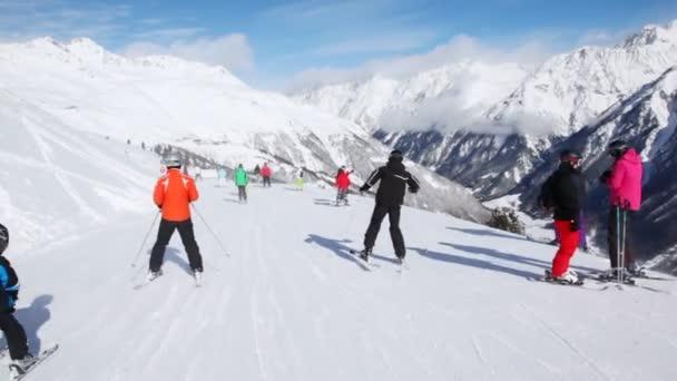 Mnoho lyžařů rychle jít dolů