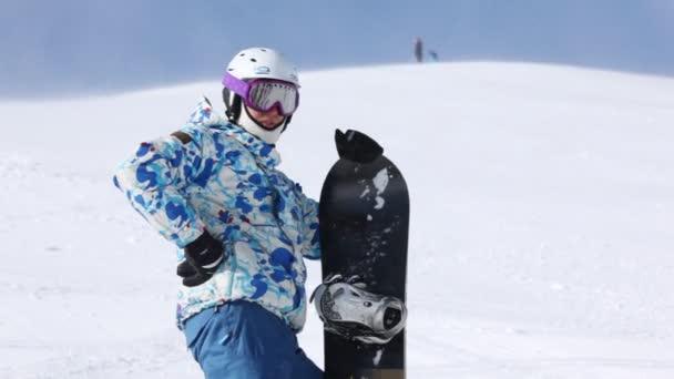 Snowboarder rastet am Berghang aus
