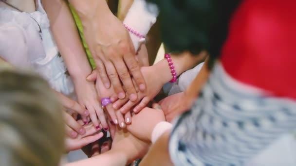Kinder verbinden ihre Handflächen
