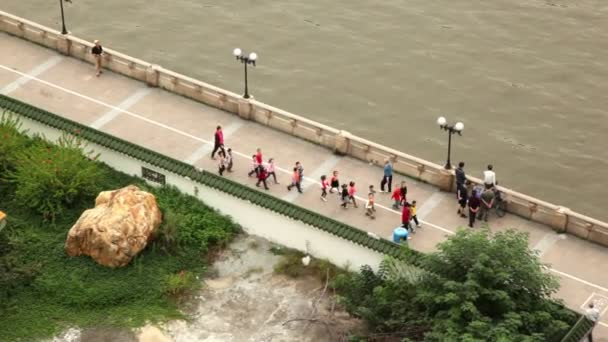 Gruppe von Kindern am Strand