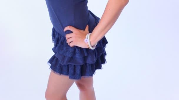 Vörös hajú nő a kék ruha