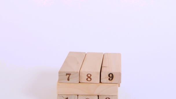 Dřevěné kostky jsou postaveny ve vysoké věži