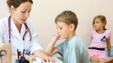 Доктор осматривает женщин, прищепки на сосках и пизде