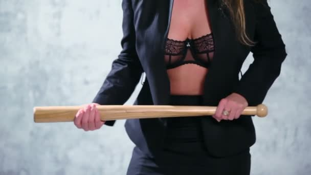 Sexy žena s baseballovou pálkou