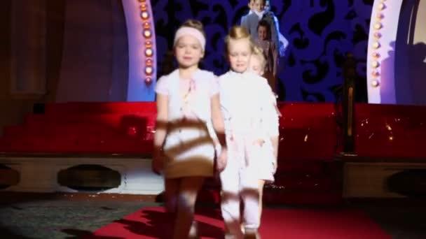 Gyermekek divatbemutató