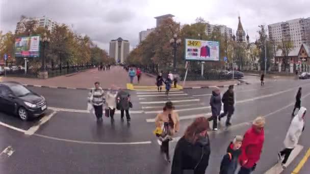 Lidé křižovatky ulice na přechod pro chodce Sokolniki