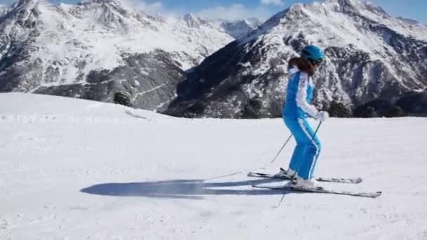 Lyžař žena jít dolů
