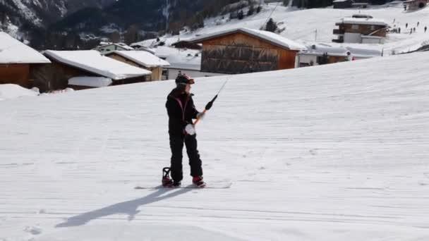 Dívka se zvedne na snowboardu