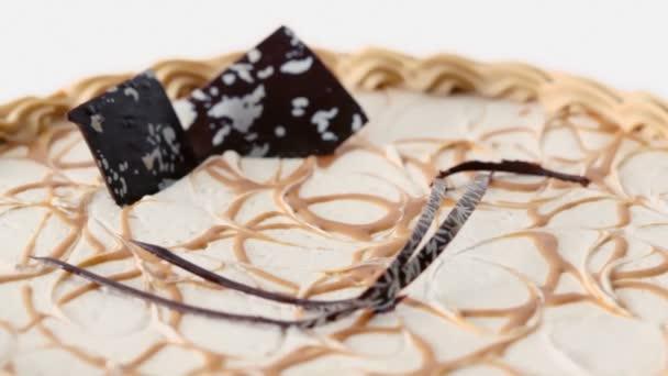 Dort s krémem a čokoládové ozdoby