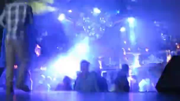 Emberek táncoltak a Dj Solovey születésnapi partiján