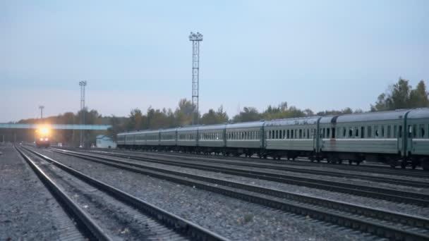 Lokomotiva jezdí od železnice