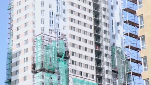 Arbeiter auf Wohnungsebenen mit Aufzug