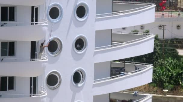 Maler streicht runde Fenster