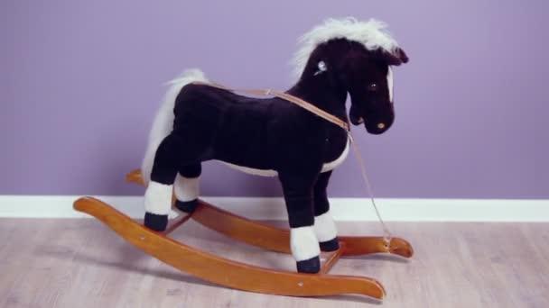 Piccolo giocattolo cavallo ondeggia