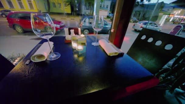 Tabulka v provozu restaurace a ulice