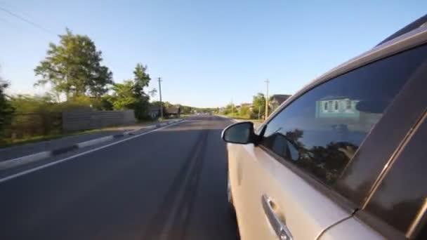 Silberfarbenes Auto auf Autobahn