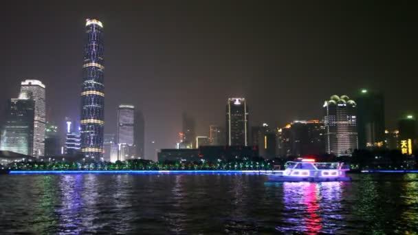 Turistická loď na řece v noci