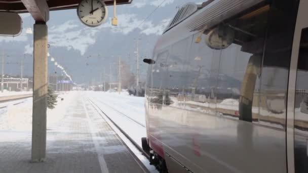 Vlak stojí na nádraží