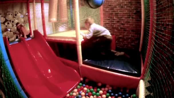 Chlapec a dívka hraje s barevné kuličky