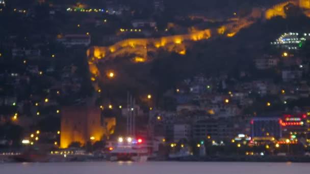 Loď pluje k přístavu