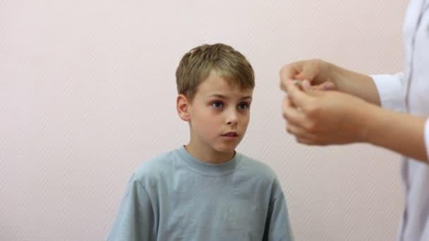 Doktor çocuğu termometre için verir