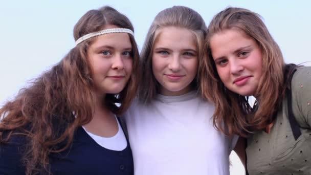 Tři mladé dívky semkl