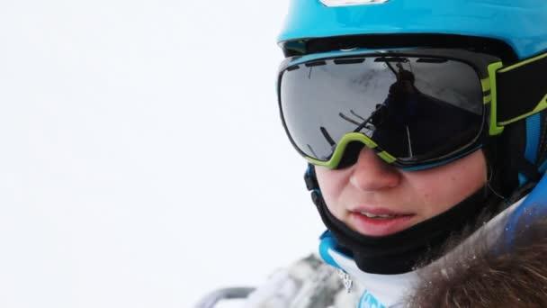 Žena lyžař v brýle