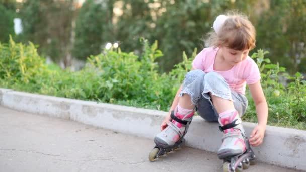 Dívka sedí na hranici