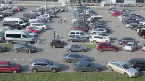 Provoz v ulici nedaleko parkoviště