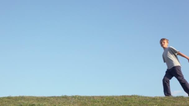 Tboy s holkou chodit trávu Hill