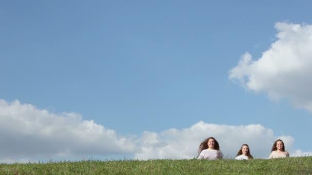 Tři mladé dívky, běh