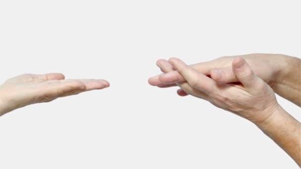 Žena senioři palm a mans ruce