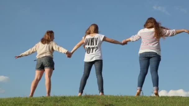 Holky za ruce na trávě hill