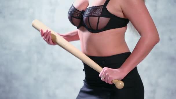 Szexi nő baseball ütővel