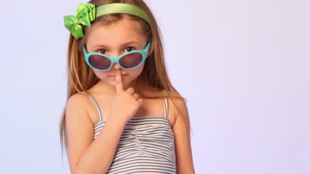 lány visel szemüveget