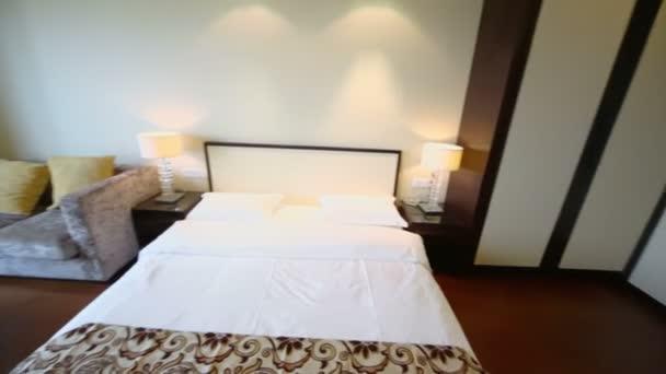 Üres hálószoba szekrény és kanapé