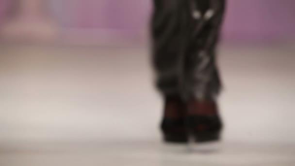 Model v černé sandály