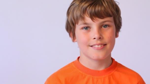 Boy v oranžové vestě