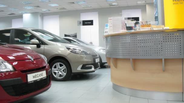 Renault stojí v autosalonu