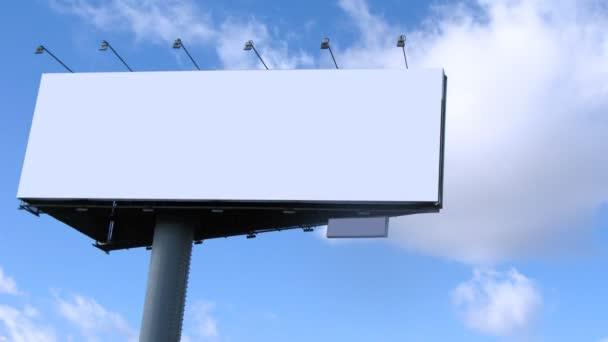 Velká tabule s modrým zamračená obloha