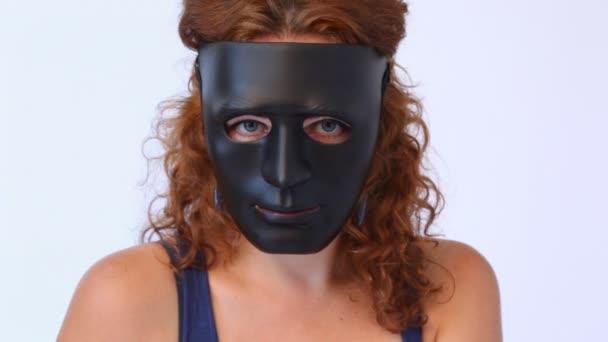 Vörös hajú nő, a fekete maszk