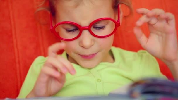 Malá holčička čte ruských písmen