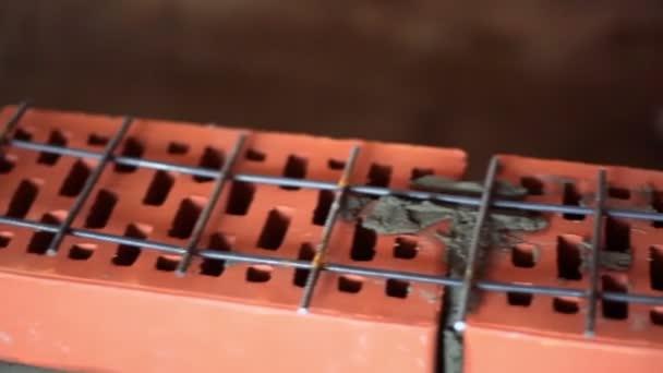 Kovové konstrukce mříže na zdi