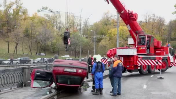 Práce hasičů v místě nehody aut