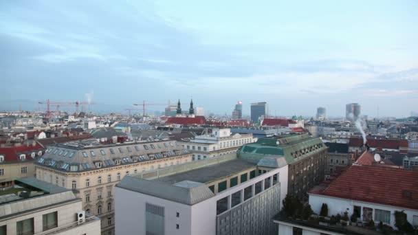 Pohled na jeřáby, střechy domů, katedrála