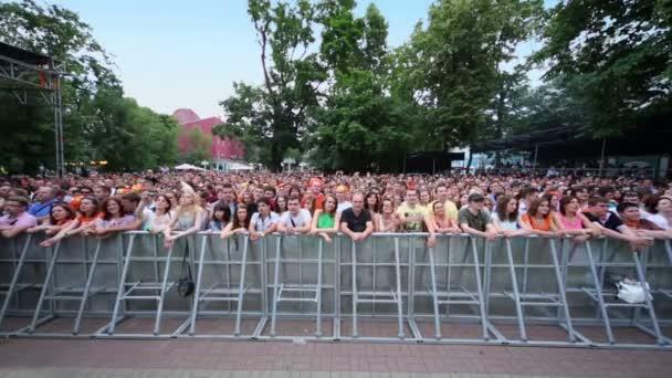 Hudební fanoušci tleskají na koncertě Čajf