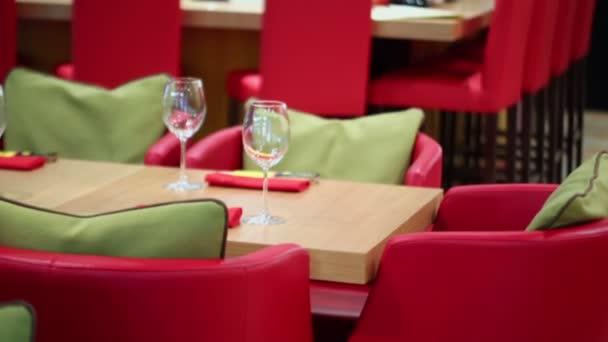 Červená kožená křesla dřevěné stoly